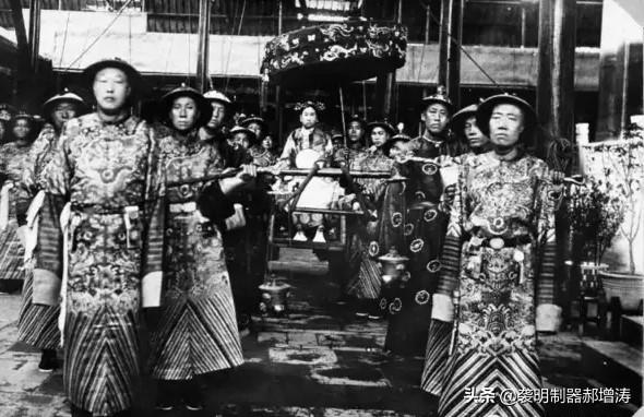 無論皇帝皇妃還是達官顯貴,近距離出行乘坐的交通工具:肩輿